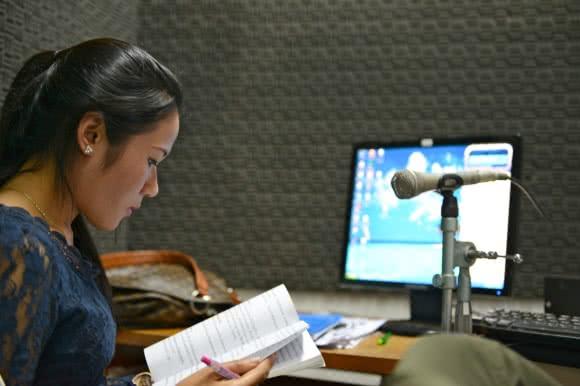 Oneof the radio program hosts runs a talkback radio program on gender and health issues. Jeff Williams/CARE