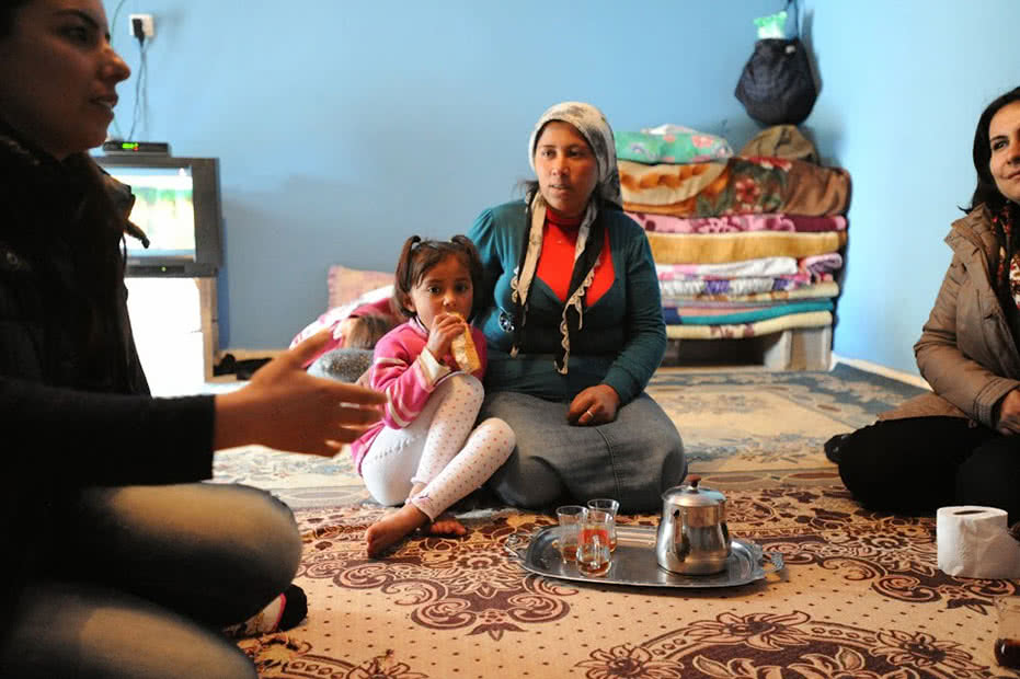 A Syrian woman and her young daughter take part in discussions on early marriage.