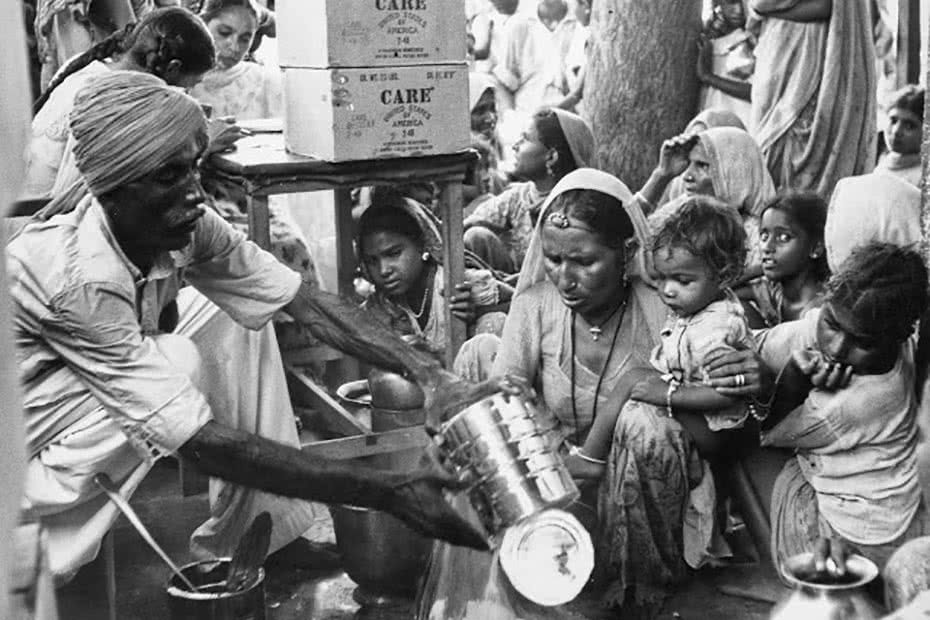 Historical photo of Indian mothers receiving rations of flour thanks to CARE.